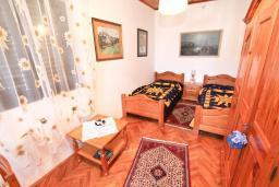 Спальня. Продается 2-х этажный дом в Будве, Подкошлюн. 120м2, гостиная, 2 спальни, 2 ванные комнаты, балкон и 2 террасы с видом на море, участок 420м2, 2 гаража, 200 метров до пляжа, цена - 566'500 Евро. в Будве