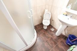 Ванная комната. Черногория, Булярица : Студия с балконом в 250 метрах от моря