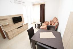 Гостиная. Черногория, Петровац : Апартаменты на 5-7 человек, 2 спальни, 2 балкона