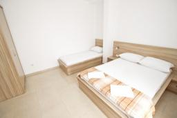 Спальня. Черногория, Петровац : Апартаменты на 5-7 человек, 2 спальни, 2 балкона