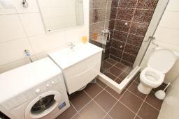 Ванная комната. Черногория, Петровац : Апартаменты на 5-7 человек, 2 спальни, 2 балкона