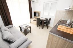 Гостиная. Черногория, Петровац : Апартаменты на 2-4 персоны, с отдельной спальней, с балконом