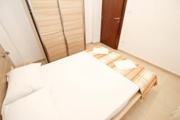 Спальня. Черногория, Петровац : Апартаменты на 2-4 персоны, с отдельной спальней, с балконом