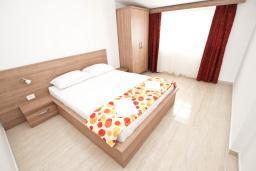 Спальня. Черногория, Петровац : Апартаменты на 2-4 персоны, с отдельной спальней, с балконом с видом на море