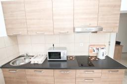 Кухня. Черногория, Петровац : Апартаменты на 5-7 человек, с большой гостиной, с 2 спальнями, с балконом с видом на море