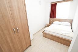 Спальня. Черногория, Петровац : Апартаменты на 5-7 человек, с большой гостиной, с 2 спальнями, с балконом с видом на море