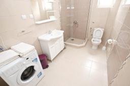 Ванная комната. Черногория, Петровац : Апартаменты на 5-7 человек, с большой гостиной, с 2 спальнями, с балконом с видом на море
