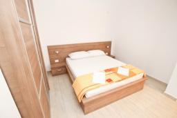 Спальня. Черногория, Петровац : Апартаменты на 2-3 персоны, с отдельной спальней, с балконом