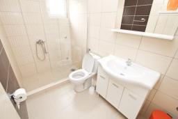 Ванная комната. Черногория, Петровац : Апартаменты на 2-3 персоны, с отдельной спальней, с балконом