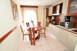 Кухня. Черногория, Сутоморе : Дуплекс апартамент для 4-5 человек, с большой гостиной и кухней, с 2-мя отдельными спальнями, с 2-мя балконами