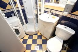 Ванная комната. Черногория, Сутоморе : Дуплекс апартамент для 4-5 человек, с большой гостиной и кухней, с 2-мя отдельными спальнями, с 2-мя балконами