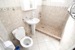Ванная комната. Черногория, Велика плажа : Апартамент для 5 человек, с отдельной спальней