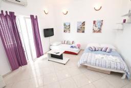 Гостиная. Черногория, Герцег-Нови : Апартамент с просторной гостиной, с отдельной спальней, с большим балконом с шикарным видом на море, 20 метров до пляжа