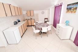 Кухня. Черногория, Герцег-Нови : Апартамент с просторной гостиной, с отдельной спальней, с большим балконом с шикарным видом на море, 20 метров до пляжа