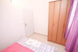 Спальня. Черногория, Герцег-Нови : Апартамент с просторной гостиной, с отдельной спальней, с большим балконом с шикарным видом на море, 20 метров до пляжа