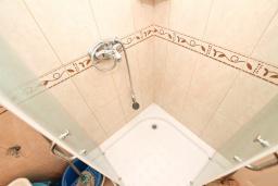 Ванная комната. Черногория, Герцег-Нови : Апартамент с просторной гостиной, с отдельной спальней, с большим балконом с шикарным видом на море, 20 метров до пляжа