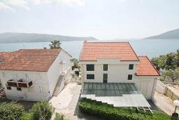 Вид на море. Черногория, Герцег-Нови : Апартамент с просторной гостиной, с отдельной спальней, с большим балконом с шикарным видом на море, 20 метров до пляжа