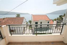 Балкон. Черногория, Герцег-Нови : Апартамент с просторной гостиной, с отдельной спальней, с большим балконом с шикарным видом на море, 20 метров до пляжа