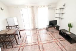 Гостиная. Черногория, Герцег-Нови : Апартамент с отдельной спальней, с балконом с видом на море, 50 метров до пляжа