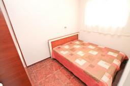 Спальня. Черногория, Герцег-Нови : Апартамент с отдельной спальней, с балконом с видом на море, 50 метров до пляжа