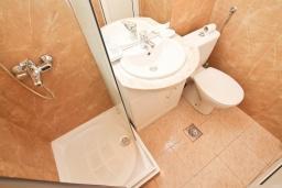 Ванная комната. Черногория, Герцег-Нови : Апартамент с отдельной спальней, с балконом с видом на море, 50 метров до пляжа