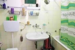 Ванная комната. Черногория, Утеха : 2-х этажный дом с большой гостиной, с 3-мя отдельными спальнями, с 2-мя ванными комнатами, с местом для барбекю, со столом для пинг-понга, с садом с фруктовыми деревьями, с диваном-качелями и садовой мебелью, с парковочным местом