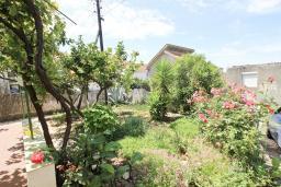 Территория. Черногория, Утеха : 2-х этажный дом с большой гостиной, с 3-мя отдельными спальнями, с 2-мя ванными комнатами, с местом для барбекю, со столом для пинг-понга, с садом с фруктовыми деревьями, с диваном-качелями и садовой мебелью, с парковочным местом