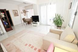 Гостиная. Черногория, Будва : Апартамент с просторной гостиной, с 4-мя отдельными спальнями, с 2-мя ванными комнатами, с террасой