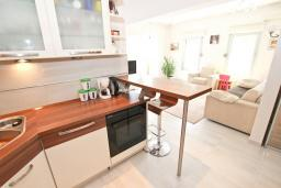 Кухня. Черногория, Будва : Апартамент с просторной гостиной, с 4-мя отдельными спальнями, с 2-мя ванными комнатами, с террасой