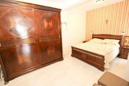 Спальня. Черногория, Будва : Апартамент с просторной гостиной, с 4-мя отдельными спальнями, с 2-мя ванными комнатами, с террасой