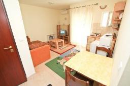 Гостиная. Черногория, Игало : Апартамент с отдельной спальней и балконом, 20 метров до пляжа