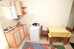 Кухня. Черногория, Игало : Апартамент с отдельной спальней и балконом, 20 метров до пляжа