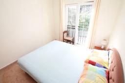 Спальня. Черногория, Игало : Апартамент с отдельной спальней и балконом, 20 метров до пляжа