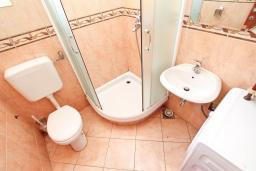 Ванная комната. Черногория, Игало : Апартамент с отдельной спальней и балконом, 20 метров до пляжа