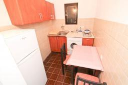 Кухня. Черногория, Будва : Апартамент с 2-мя отдельными спальнями, с 2-мя балконами