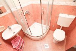Ванная комната. Черногория, Будва : Апартамент с 2-мя отдельными спальнями, с 2-мя балконами