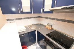 Кухня. Черногория, Рафаиловичи : Апартамент для 6-8 человек, с 2-мя отдельными спальнями, 70 метров до моря