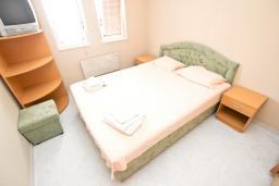 Спальня. Черногория, Рафаиловичи : Апартамент для 6-8 человек, с 2-мя отдельными спальнями, 70 метров до моря