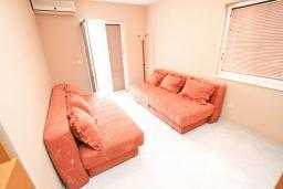 Спальня 2. Черногория, Рафаиловичи : Апартамент для 6-8 человек, с 2-мя отдельными спальнями, 70 метров до моря
