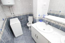 Ванная комната. Черногория, Рафаиловичи : Апартамент для 6-8 человек, с 2-мя отдельными спальнями, 70 метров до моря