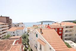 Вид на море. Черногория, Рафаиловичи : Апартамент для 6-8 человек, с 2-мя отдельными спальнями, 70 метров до моря