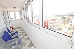 Балкон 2. Черногория, Рафаиловичи : Апартамент для 6-8 человек, с 2-мя отдельными спальнями, 70 метров до моря