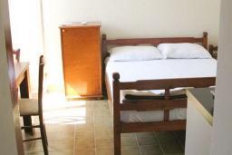 Гостиная. Черногория, Рафаиловичи : Апартамент с отдельной спальней в 70 метрах от моря