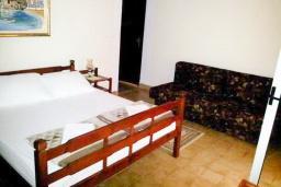 Студия (гостиная+кухня). Черногория, Рафаиловичи : Студия на втором этаже в 70 метрах от моря