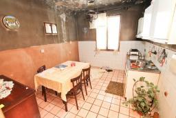 Кухня. Продается дом в Герцег-Нови, Топла. 180м2, 3 спальни, балкон с шикарным видом на море, с двориком, 100 метров до пляжа. Цена - 515'000 Евро. в Герцег Нови