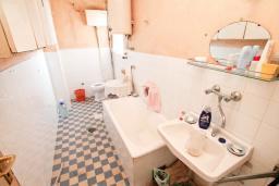 Ванная комната. Продается дом в Герцег-Нови, Топла. 180м2, 3 спальни, балкон с шикарным видом на море, с двориком, 100 метров до пляжа. Цена - 515'000 Евро. в Герцег Нови