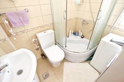 Ванная комната. Черногория, Бар : Апартамент с отдельной спальней, с большой террасой