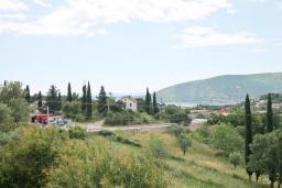 Вид на море. Черногория, Герцег-Нови : 2-х этажный дом с 2-мя просторными гостиными, с 3-мя отдельными спальнями, с 2-мя ванными комнатами, с бассейном, с большой террасой и балконом, с местом для барбекю, несколько парковочных мест, Wi-Fi