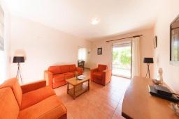 Гостиная. Черногория, Герцег-Нови : 2-х этажный дом с 2-мя просторными гостиными, с 3-мя отдельными спальнями, с 2-мя ванными комнатами, с бассейном, с большой террасой и балконом, с местом для барбекю, несколько парковочных мест, Wi-Fi