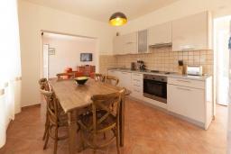 Кухня. Черногория, Герцег-Нови : 2-х этажный дом с 2-мя просторными гостиными, с 3-мя отдельными спальнями, с 2-мя ванными комнатами, с бассейном, с большой террасой и балконом, с местом для барбекю, несколько парковочных мест, Wi-Fi